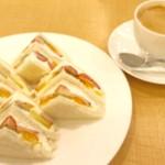 日本橋髙島屋の千疋屋で、定番のフルーツサンド。老舗の安定の美味しさです。